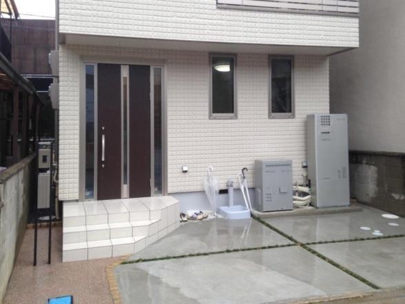 外観全景事例集の写真 駐車スペースを確保した狭小敷地の家