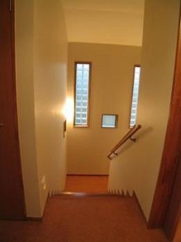 きゃばりあとくらす E HOUSE (ガラスブロックがアクセントの階段室)