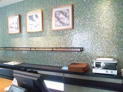 グリーンのタイル壁が美しいレジスペース (BAKERY R こだわりのインテリア)