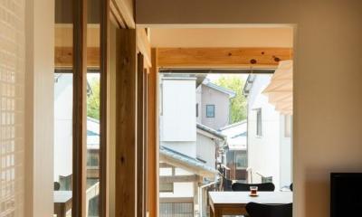 稲荷町の家 〜畳廊下のある家〜 (キッチンより町並みを望む)