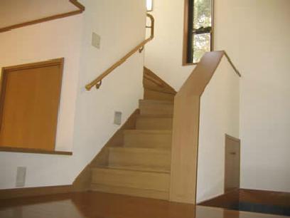 海の見えるウッディな住まいの部屋 スリット窓のある階段室