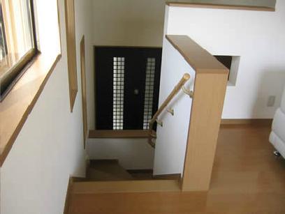 海の見えるウッディな住まいの部屋 階段上部より玄関を見る