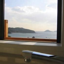 海の見えるウッディな住まい (浴室より海が見える)
