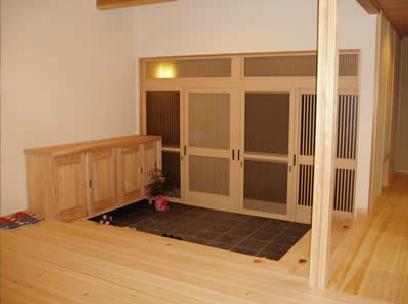 木目美しい温かな住まいの部屋 広々とした和風玄関