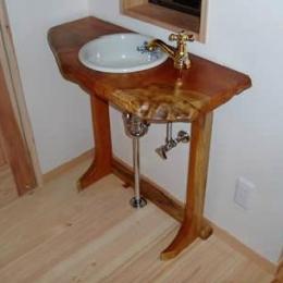 木目美しい温かな住まい (造作の洗面台)