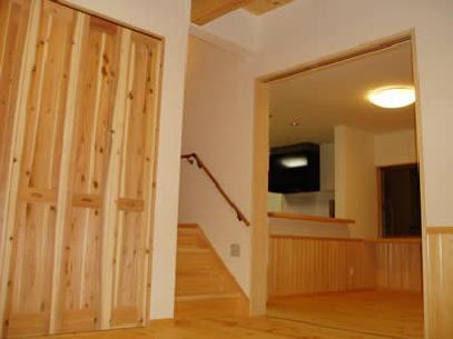 木目美しい温かな住まいの部屋 木の温もり感じるホール