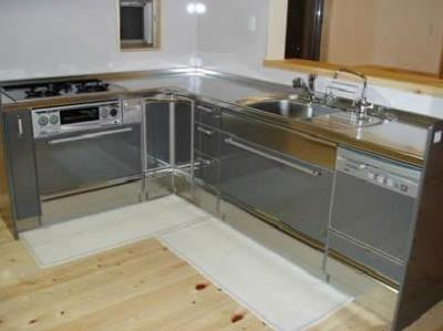 L字型ステンレスキッチン (木目美しい温かな住まい)