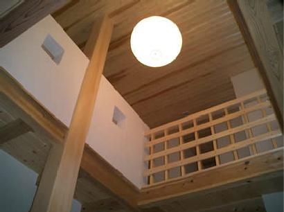 木目美しい温かな住まいの部屋 柔らかな照明が照らす吹き抜け空間