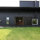 『HDFの家』〜雑木林と語らう家〜の写真 庭よりデッキテラス・ダイニングを見る