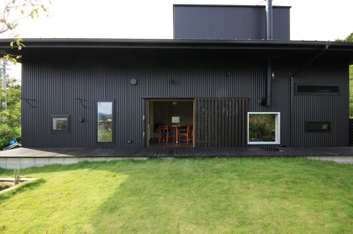 『HDFの家』〜雑木林と語らう家〜の部屋 庭よりデッキテラス・ダイニングを見る