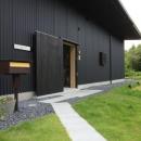 『HDFの家』〜雑木林と語らう家〜の写真 芝生を通るアプローチ