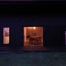 『HDFの家』〜雑木林と語らう家〜の写真 庭より室内を見る-夜景