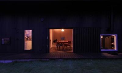 『HDFの家』〜雑木林と語らう家〜 (庭より室内を見る-夜景)