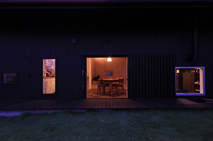 『HDFの家』〜雑木林と語らう家〜の部屋 庭より室内を見る-夜景