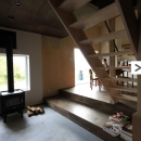 『HDFの家』〜雑木林と語らう家〜の写真 コンクリート仕上げの土間リビング・ダイニング・テラスへ