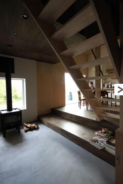 コンクリート仕上げの土間リビング・ダイニング・テラスへ (『HDFの家』〜雑木林と語らう家〜)
