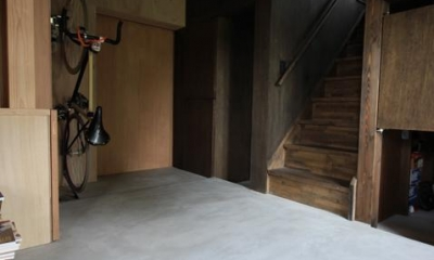 『HDFの家』〜雑木林と語らう家〜 (コンクリート仕上げの広々玄関土間)