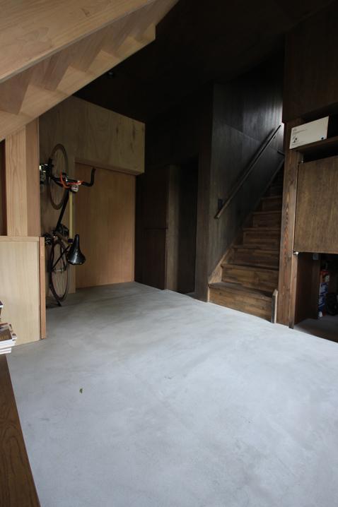 『HDFの家』〜雑木林と語らう家〜の部屋 コンクリート仕上げの広々玄関土間