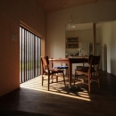 『HDFの家』〜雑木林と語らう家〜の写真 光格子に映えるダイニング