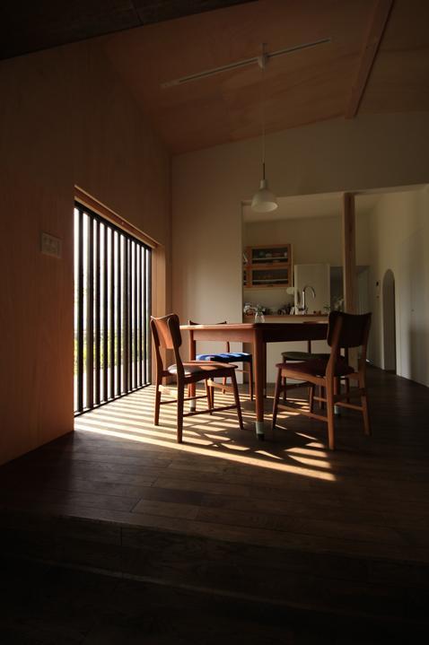 『HDFの家』〜雑木林と語らう家〜の部屋 光格子に映えるダイニング