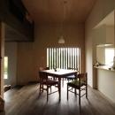 『HDFの家』〜雑木林と語らう家〜の写真 タタミコーナーよりダイニングを見る