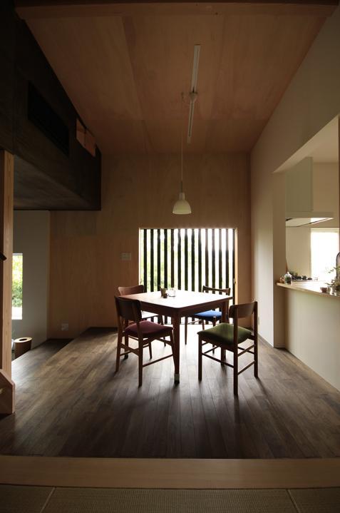『HDFの家』〜雑木林と語らう家〜の部屋 タタミコーナーよりダイニングを見る