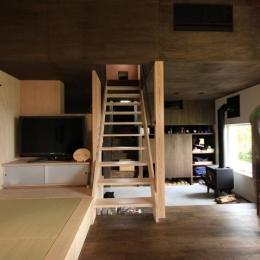 『HDFの家』〜雑木林と語らう家〜 (階段でソラハコヘ・ダイニングと小窓でつながる2階)