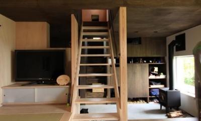 階段でソラハコヘ・ダイニングと小窓でつながる2階|『HDFの家』〜雑木林と語らう家〜