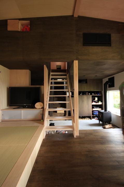 『HDFの家』〜雑木林と語らう家〜の部屋 階段でソラハコヘ・ダイニングと小窓でつながる2階