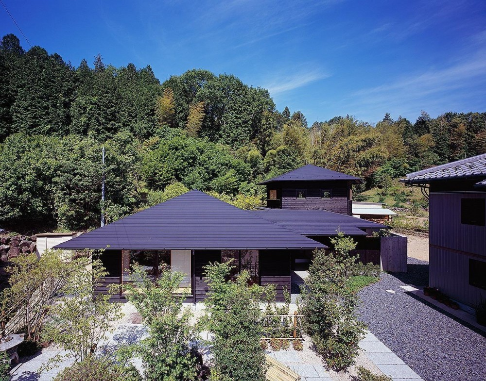 山に似合う屋根の風情 (『塩河の家』〜里山の風景と暮らす家〜)