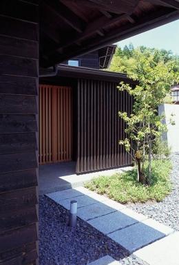 『塩河の家』〜里山の風景と暮らす家〜 (石畳のアプローチ)