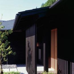 『塩河の家』〜里山の風景と暮らす家〜 (縦格子の玄関ポーチ)
