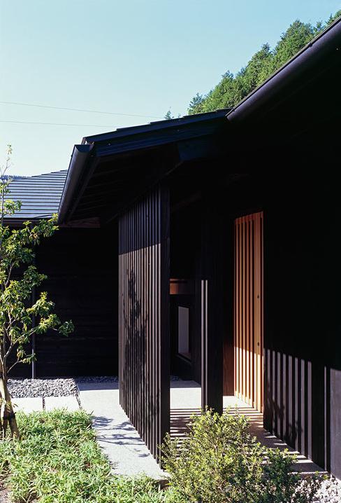 『塩河の家』〜里山の風景と暮らす家〜の部屋 縦格子の玄関ポーチ