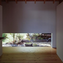 『塩河の家』〜里山の風景と暮らす家〜 (地窓より坪庭が見える玄関)