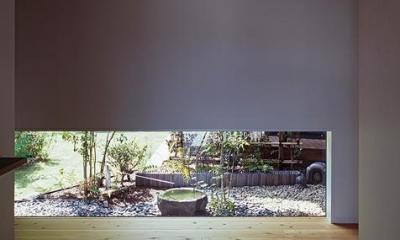 地窓より坪庭が見える玄関|『塩河の家』〜里山の風景と暮らす家〜