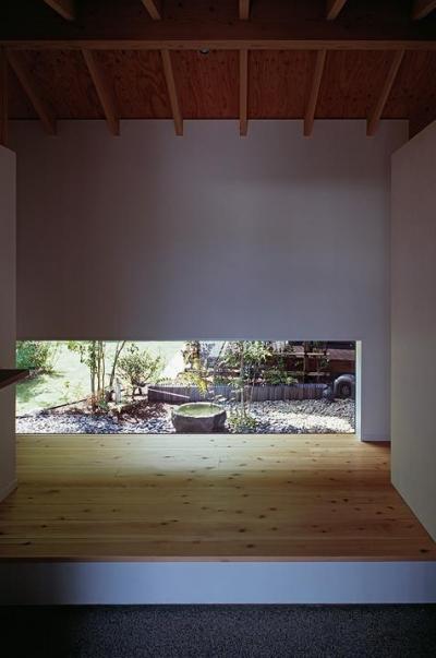 地窓より坪庭が見える玄関 (『塩河の家』〜里山の風景と暮らす家〜)