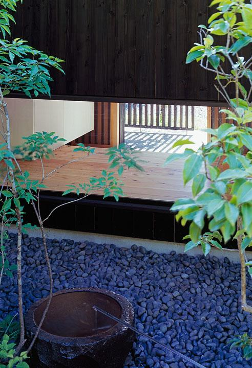 『塩河の家』〜里山の風景と暮らす家〜 (玄関から見える坪庭(庭側から))