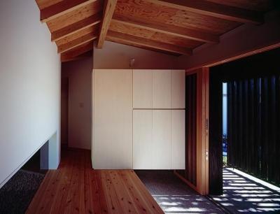 シンプルな玄関収納の箱 (『塩河の家』〜里山の風景と暮らす家〜)