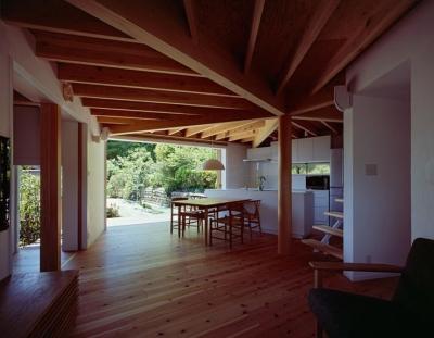 正五角形のLDK・リビングからダイニングテラスへ (『塩河の家』〜里山の風景と暮らす家〜)