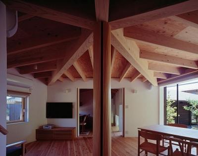 正五角形のLDK・ワークスペースと玄関からの廊下方向 (『塩河の家』〜里山の風景と暮らす家〜)