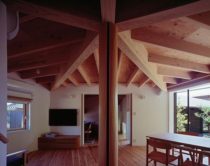 『塩河の家』〜里山の風景と暮らす家〜の部屋 正五角形のLDK・ワークスペースと玄関からの廊下方向