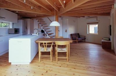 正五角形のLDK・テラス側から室内へ (『塩河の家』〜里山の風景と暮らす家〜)