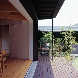 『塩河の家』〜里山の風景と暮らす家〜 (ダイニングとつながるテラス・坪庭)