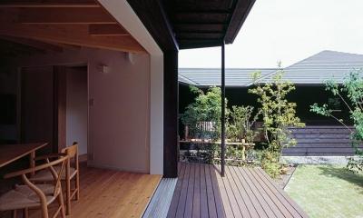 ダイニングとつながるテラス・坪庭|『塩河の家』〜里山の風景と暮らす家〜