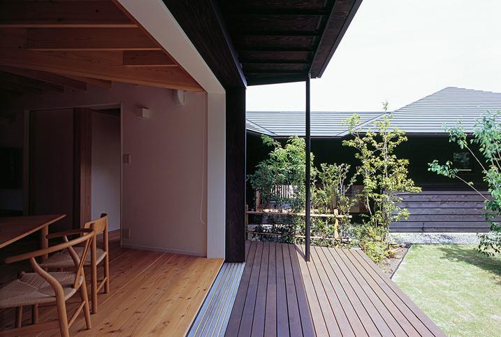 『塩河の家』〜里山の風景と暮らす家〜の部屋 ダイニングとつながるテラス・坪庭