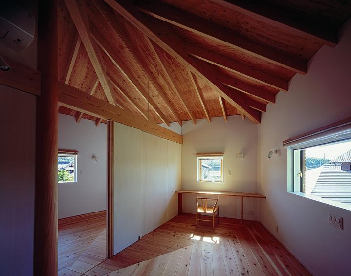『塩河の家』〜里山の風景と暮らす家〜の部屋 五角形の傘の覆われた2階寝室