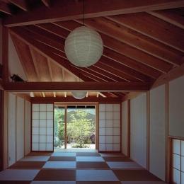 中庭側から仏間・石畳の前庭を見る