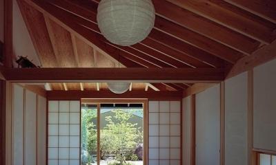 中庭側から仏間・石畳の前庭を見る|『塩河の家』〜里山の風景と暮らす家〜