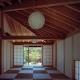 中庭側から仏間・石畳の前庭を見る (『塩河の家』〜里山の風景と暮らす家〜)