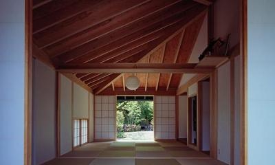 『塩河の家』〜里山の風景と暮らす家〜 (前庭より仏間・中庭を見る)